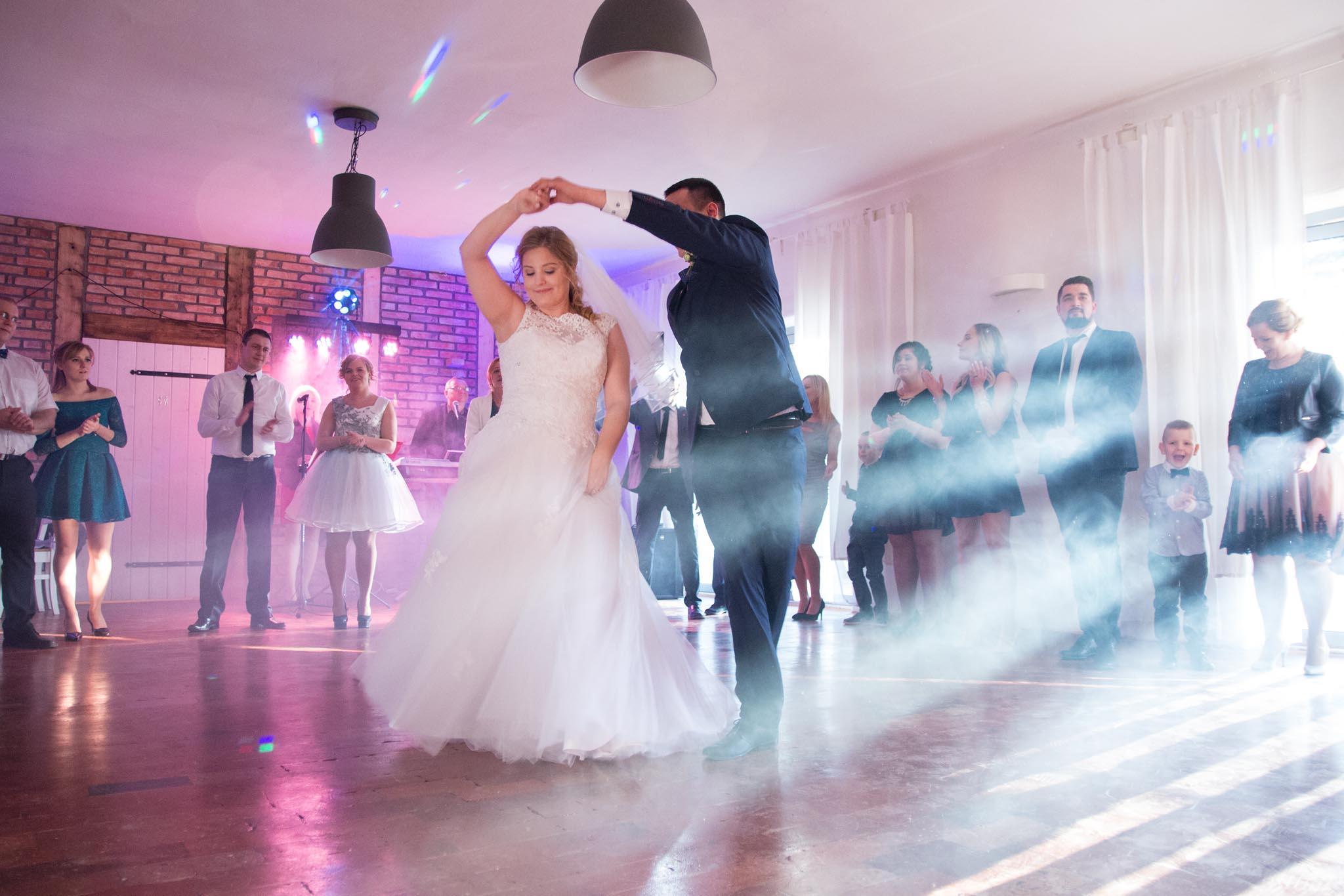 fotografia ślubna Poznań- Mściszewo Skaczący Młyn pierwszy taniec