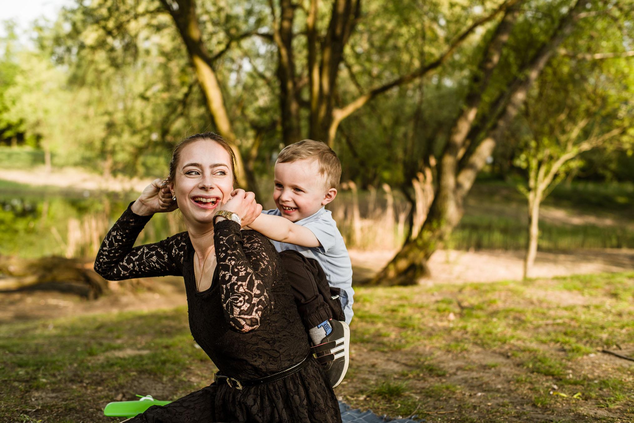 sesja mamy z synkiem w plenerze- krawczyńscy pracownia fotograficzna